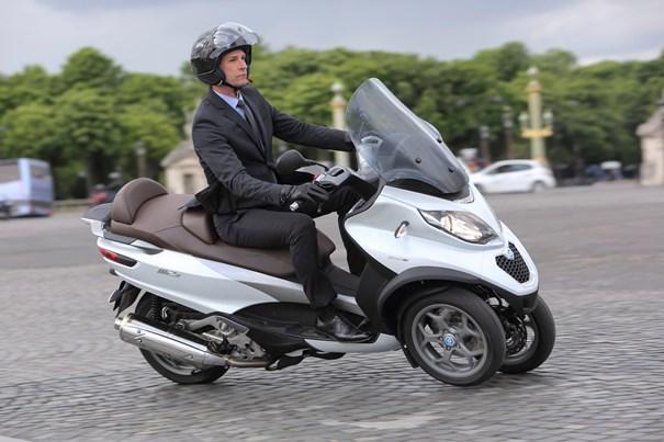 Imagen de un scooters de tres ruedas.