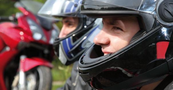 Retrato motorista con casco.