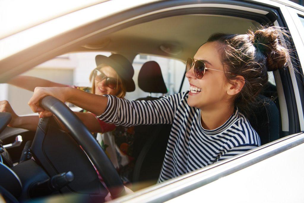 chica conductora riendo