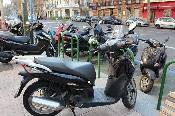 ¿Utilizas tu moto en ciudad? Debes saber que hay una serie de premisas para aparcarla correctamente.