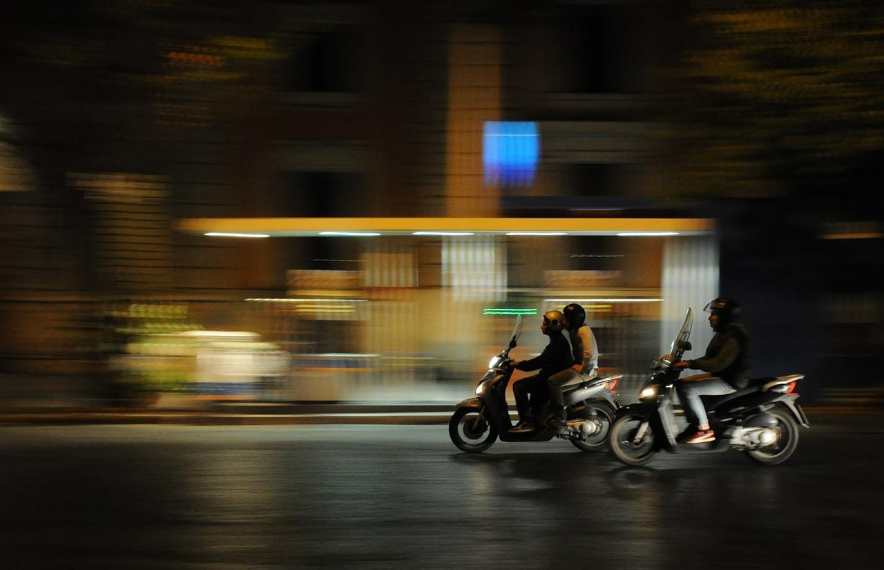 Un grupo de jóvenes conduce de noche en moto. | Pixabay