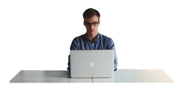 Corredor de seguros trabajando con su ordenador sobre una mesa.   Pixabay