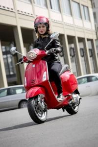 casco y guantes para mejorar la seguridad sobre dos ruedas