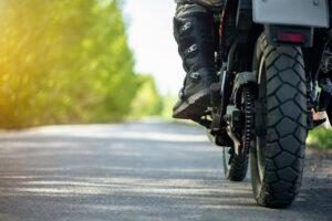 motocicleta circulando por carretera convencional