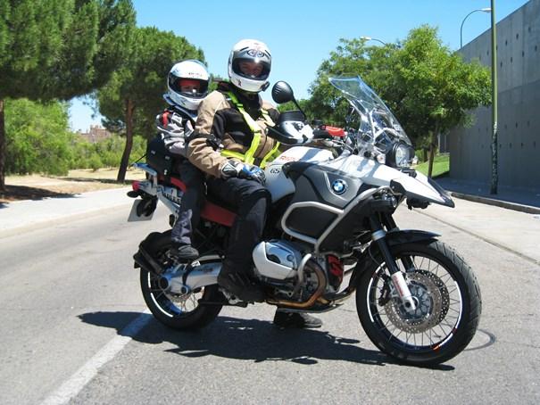 Desplazarse en moto con niños. Máxima seguridad para ellos. |Revista Tu Moto.