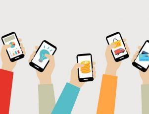 manos sosteniendo móviles con diferentes apps