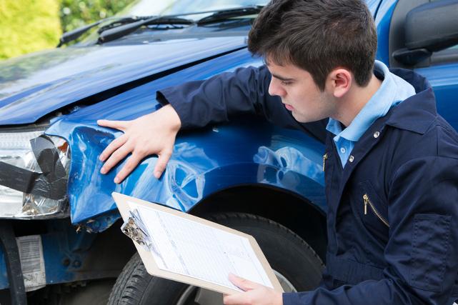 Golpes de chapa: Perito analizando golpe de chapa en coche