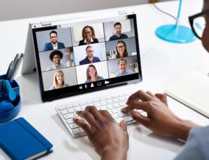 pantalla de un ordenador portátil durante una videoconferencia