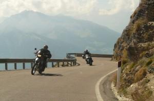 dos motos por una carretera de montaña