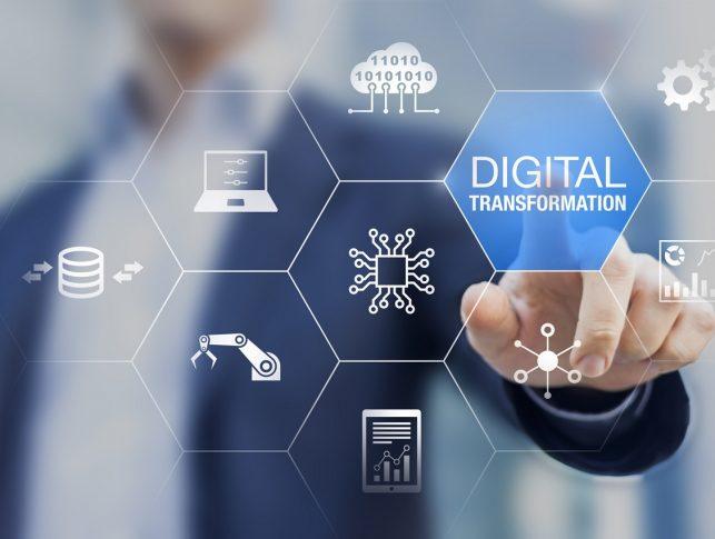 hombre pulsando el botón de transformación digital