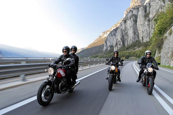 Artículo tendencias sector asegurador: imagen de tres motoristas en una carretera.