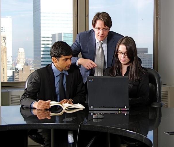 Artículo cómo transmitir transparencia y confianza a los usuarios: Imagen de un grupo de profesionales en una oficina. | Morguefile