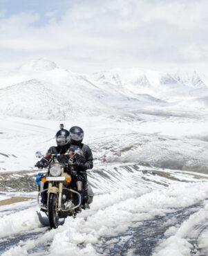 Una pareja recorre una ruta en moto por la nieve